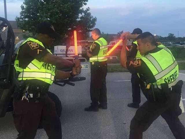 Серьезные полицейские отжигают на камеру