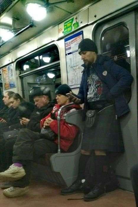 Модники и модницы в метро (25 фото)