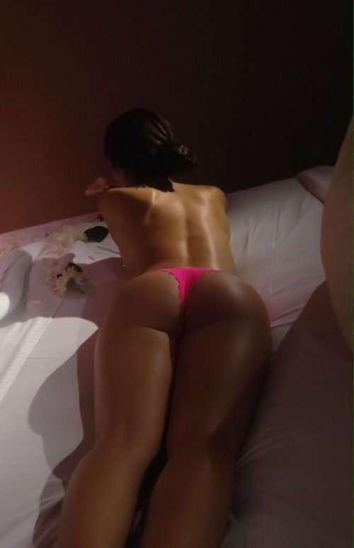 Соблазнительные девушки в постели (24 фото)