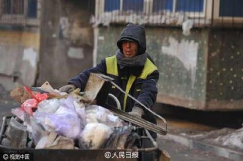 Китайский дворник жертвует свои сбережения для обучения бедных школьников (3 фото)
