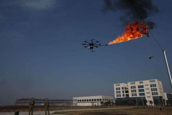В Китае для уничтожения мусора на ЛЭП будут использовать дроны с огнеметами (4 фото)