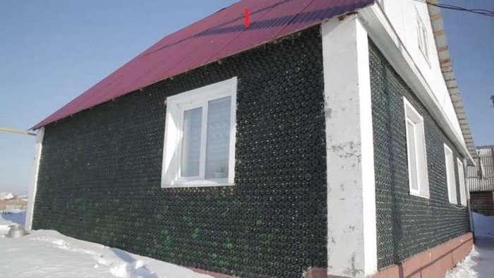 Житель Челябинска построил дом из 12 тысяч бутылок от шампанского. ФОТО