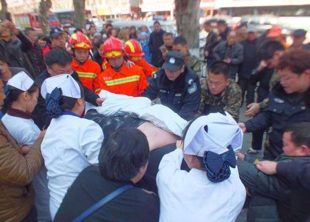 Прохожие и спасатели два часа пытались поднять упавшего на землю толстяка (6 фото)