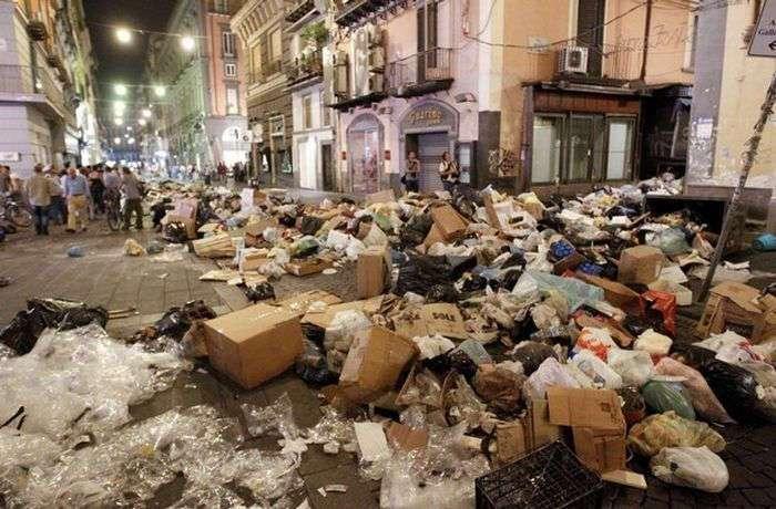 Замусоренный Неаполь (12 фото)