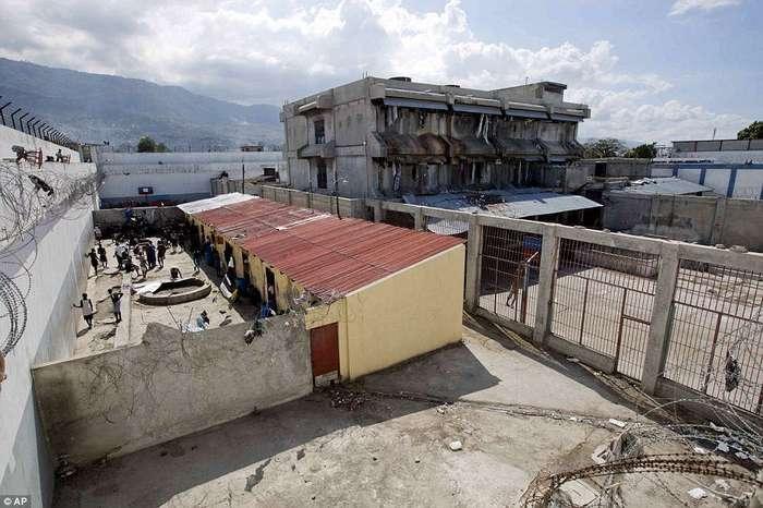 «Если не умрете в этом аду, то сойдете с ума»: внутри гаитянской тюрьмы, где правит голод, теснота и болезни