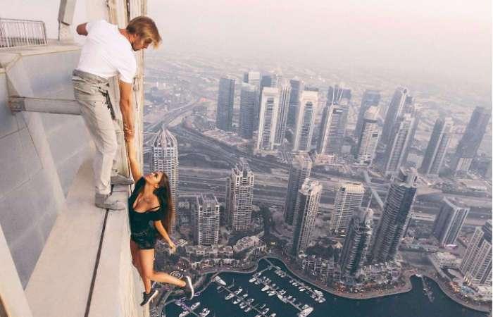 Петербургская модель ради эффектных фото повисла на крыше небоскреба без страховки
