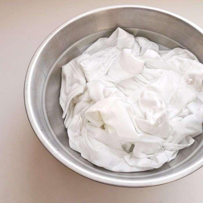 Чистый лайфхак: как вывести жёлтые пятна от пота и дезодоранта с белых вещей