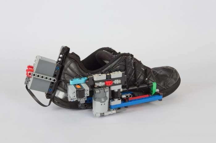 Энтузиаст научил конструктор Lego завязывать шнурки