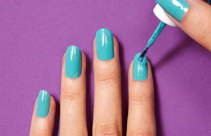 Бьюти-лайфхак: как сделать крутой маникюр с помощью лака для волос