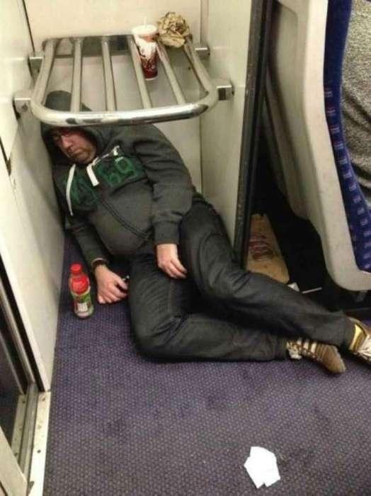Синдром внезапного сна: 18 людей, которые могут спокойно заснуть в самых неподходящих местах