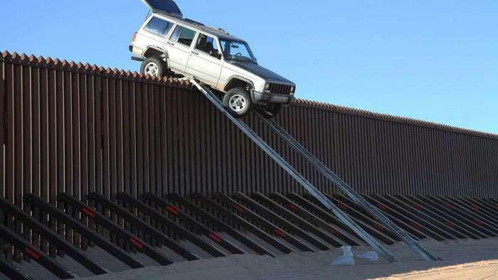 Катапульта на стене и ещё 5 эффективных способов доставлять товар из Мексики в США