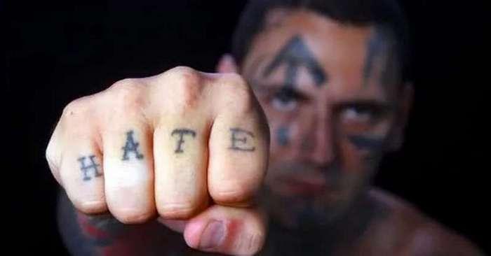 25 операций помогли бывшему скинхеду избавиться от татуировок и...ненависти