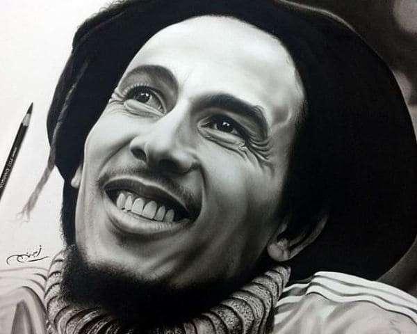 Художник рисует фотографически точные портреты знаменитостей простым карандашом