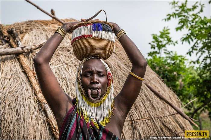 Как выглядят красавицы в африканском племени мурси (10 фото)