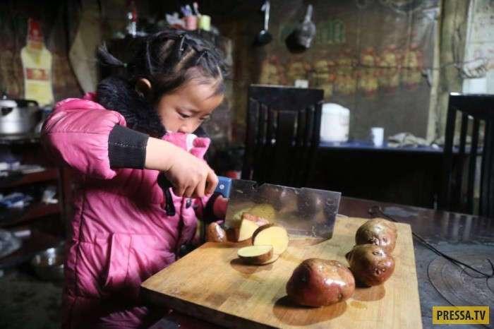 Маленькая китайская девочка ухаживает за престарелыми родственниками (10 фото)