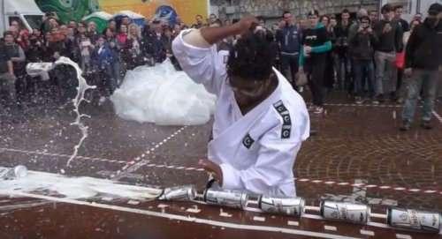 Пакистанец за минуту разбил локтем 77 банок, установив мировой рекорд (фото + видео)