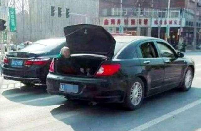 Китайский водитель подбросил маму домой в багажнике (3 фото)