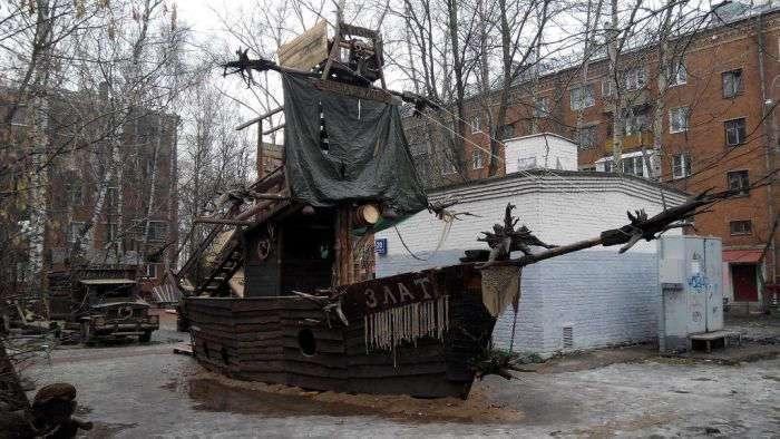 В Москве из-за жалоб пенсионеров снесли уникальную детскую площадку (11 фото)