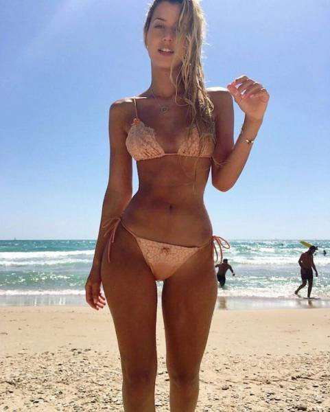 Девушки загорают на пляже без купальника порно фото