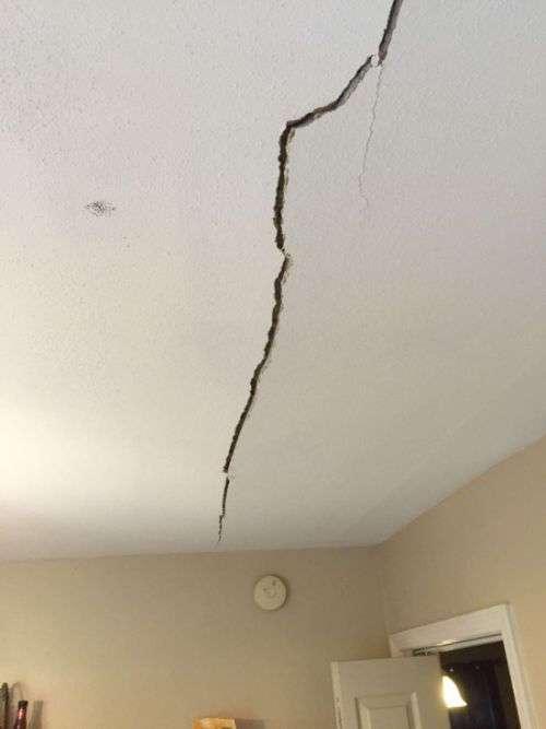 Арендодатель отремонтировал потолок в съемной квартире (2 фото)