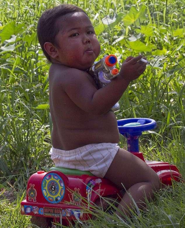Помните 2-летнего индонезийского мальчика, который выкуривал по 40 сигарет в день? Вот как он выглядит сейчас!