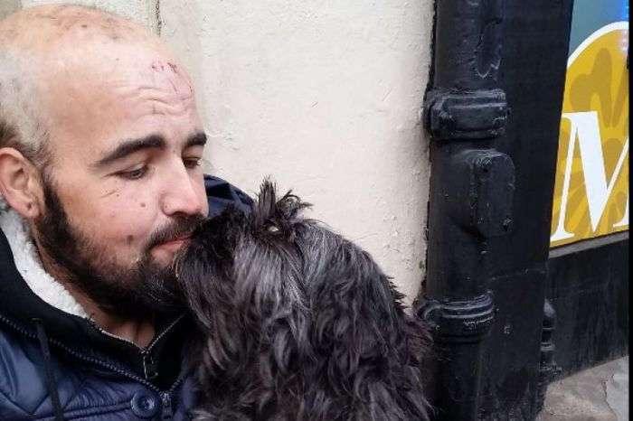Пользователи сети пожертвовали 12 500 фунтов стерлингов бездомному мужчине и его собаке (2 фото)
