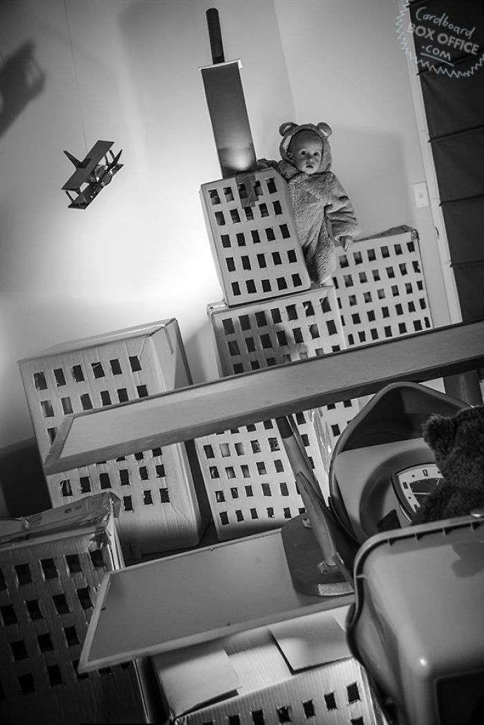 Картон и немного фантазии: двухлетний мальчик и его родители воссоздают сцены из кино и сериалов