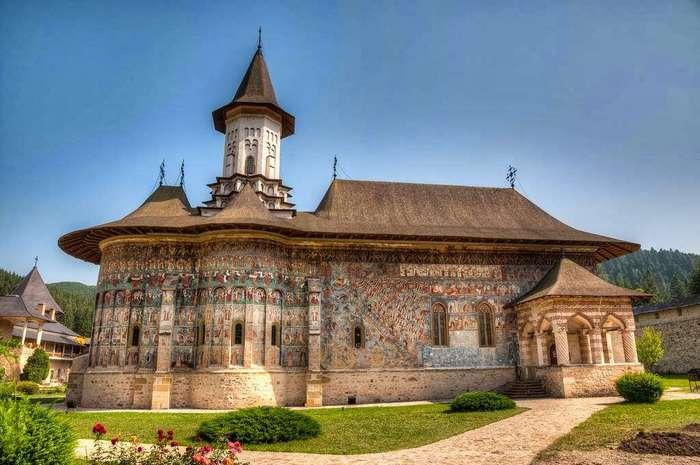 Монастыри в Румынии, где удивительные фрески — не внутри, а снаружи