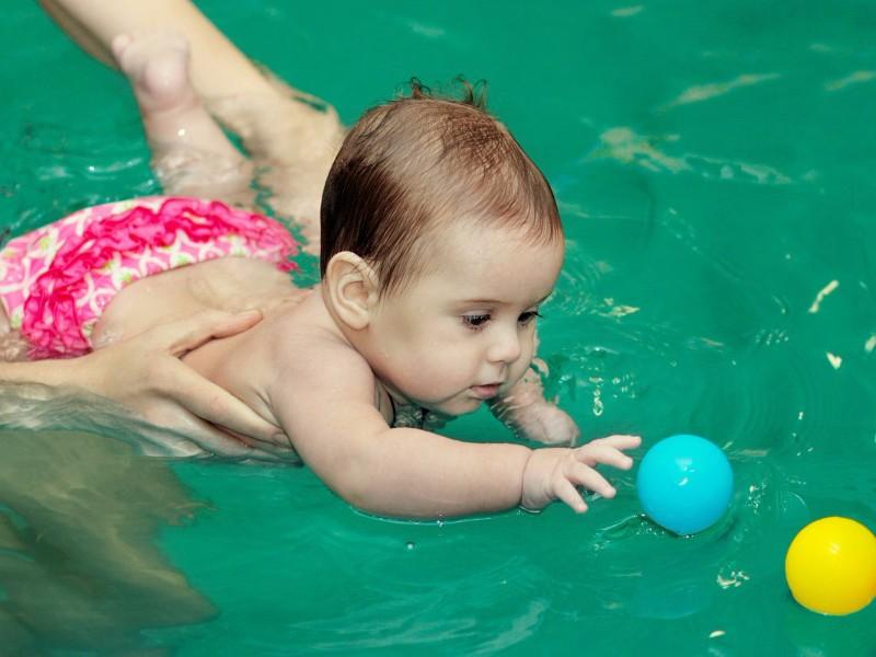Почему детям очень полезны занятия в бассейне