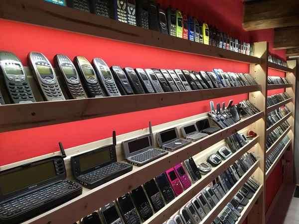 Словацкий коллекционер открыл внушительный музей старых мобильных телефонов