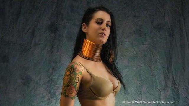 Нереальная красота: американка 5 лет удлиняет шею, чтобы стать похожей на жирафа (7 фото)