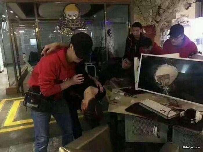 Китайский геймер расстроился после неудачного матча в &171;League of Legends&187; (3 фото)