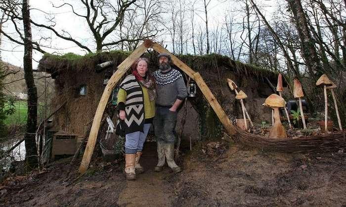Эта пара построила -домик хоббитов- из-за -аллергии на современную жизнь-