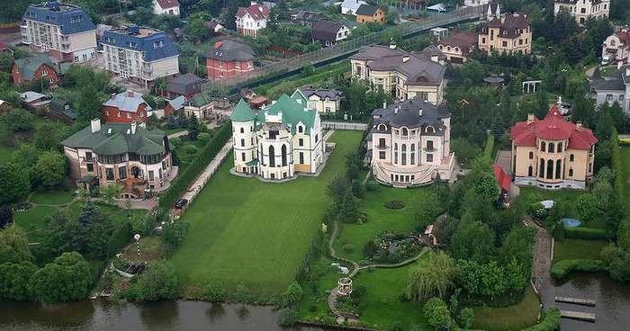 С соседом по пьяни решили купить дом на Рублевке, но, увидев цены, сразу протрезвели