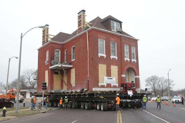122-летний дом переехал на новое место