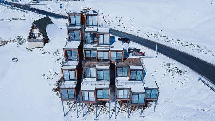 Этот высокогорный отель построили из морских контейнеров