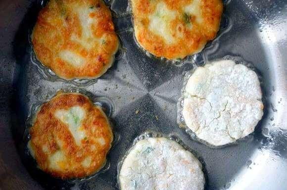 Оладьи из картофельного пюре с сыром.
