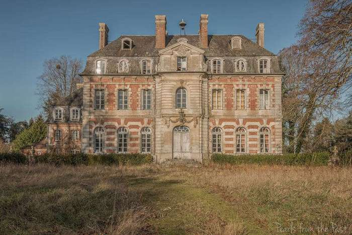 Заброшенный замок во французской деревне, в котором время остановилось.