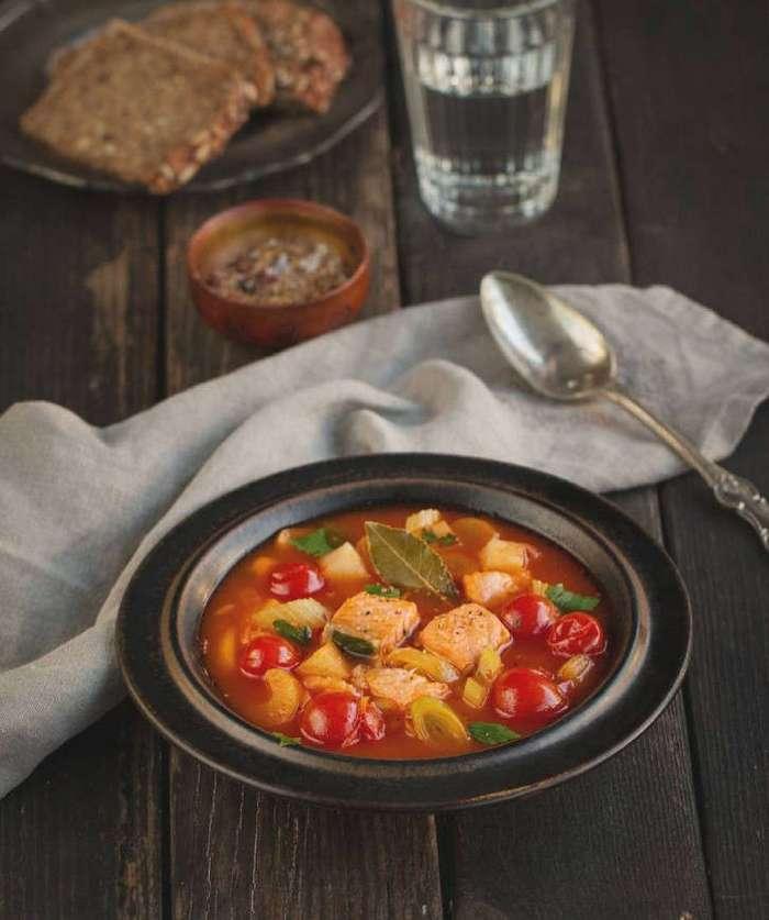 Суп с форелью и помидорами черри