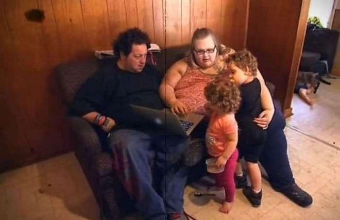 23-летняя мать двоих детей весит почти 318 килограммов и боится умереть