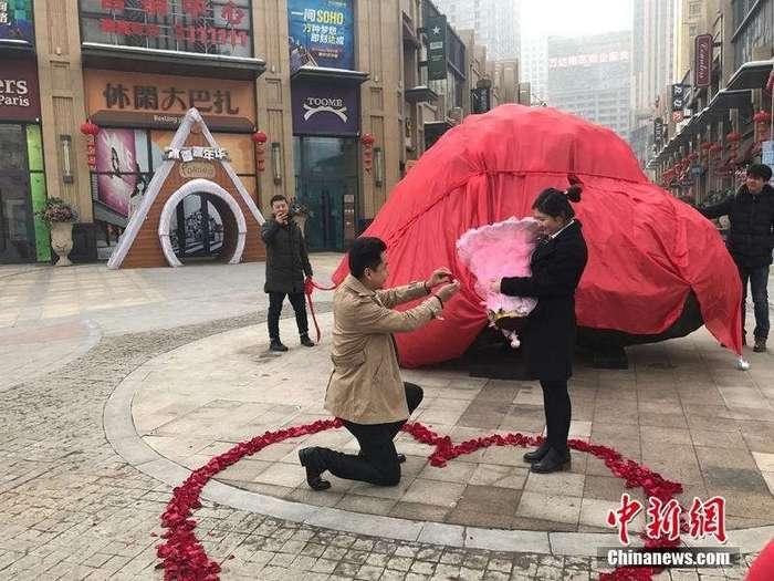 Парень сделал предложение, подарив девушке вместо квартиры 33-тонный -метеорит-