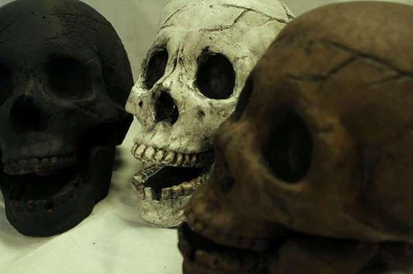 Поленья в виде человеческих черепов