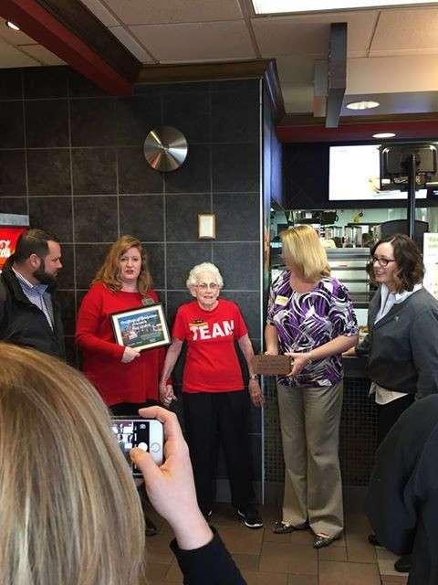 В американском -Макдоналдсе- есть 94-летняя женщина, которая искренне любит свою работу