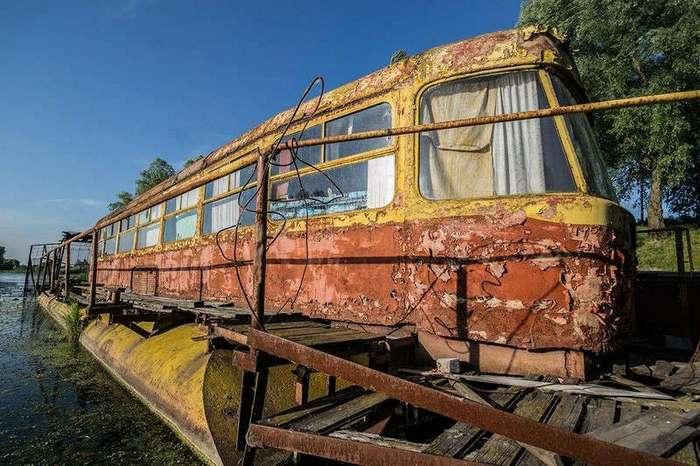 Заброшенный плавучий дом из трамвая
