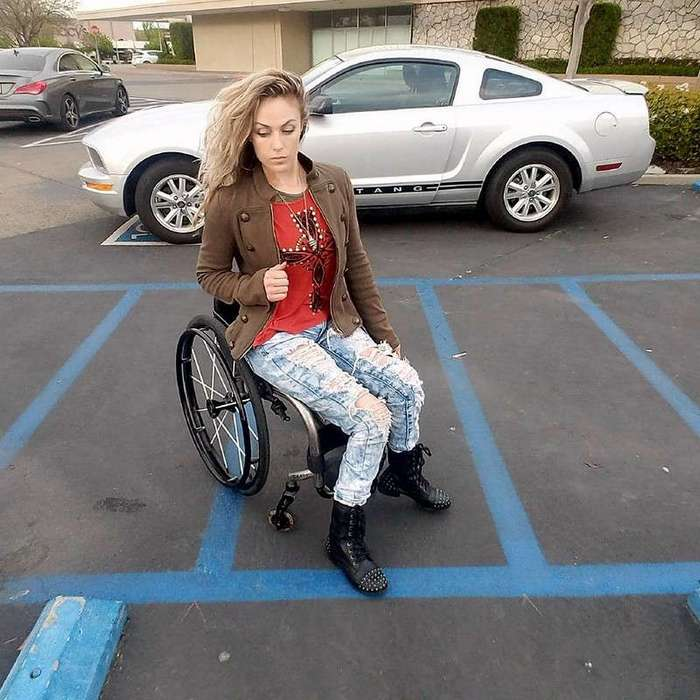 Тифани Адамс — тренер по фитнесу в инвалидном кресле