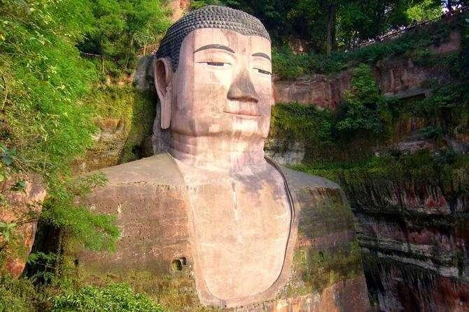 Поразительные гигантские скульптуры в скалах