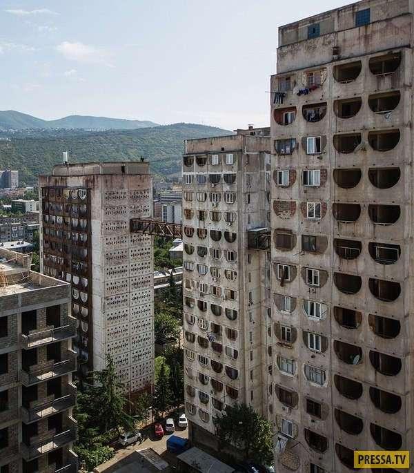 Жилой комплекс с надземным сообщением в Грузии (7 фото)