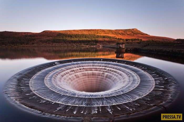 Водохранилище с очень необычными и эффектными водосбросами (18 фото)