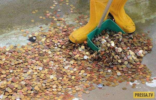 Со дна римского фонтана Треви достали 1,4 миллиона евро (2 фото)