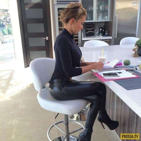 Пятница: красивым девушкам скучно на работе (42 фото)